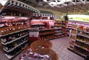 ObWein,Bier undKäse aus dem Balkan oder Reis und Tapiokastärke aus Brasilien, in Camelo's Fleischshop findet man zahlreiche Spezialitäten.