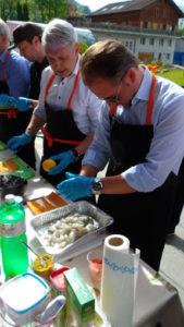 Volle Konzentration: Für die Teilnehmer der Generalprobe war das Vorbereiten des Grillguts ein Riesenspass.