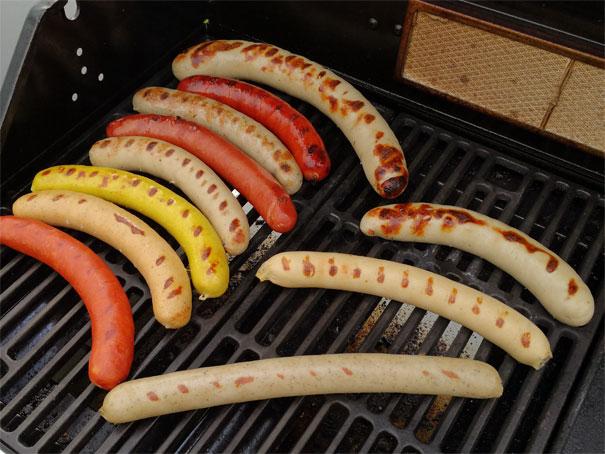 Wichtig: die Bratwürste auf dem Grill bei mittlerer Temperatur langsam zubereiten. So können sich im Brät alle Aromen bestens entfalten.
