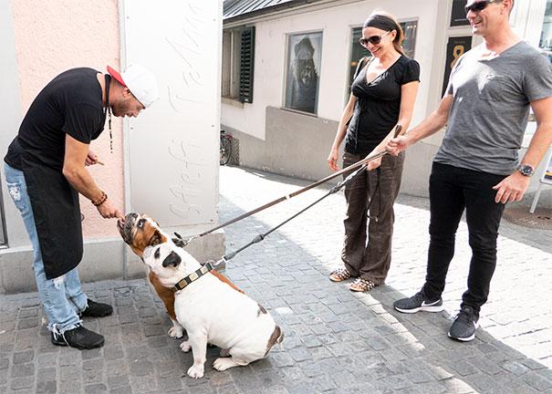 ...ebenso wenig die vierbeinigen Gäste, die Emrah mit seinen Hundeguetzli begeisterte.