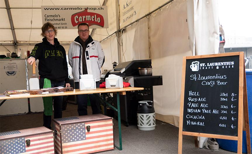 Bereit für die Gäste: Chrigge und Marco im Zelt von Carmelo's Fleischshop.