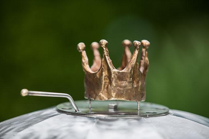 Die massive Messing-Krone entstand im Atelier der bekannten Künstlerin Esther Schöni und wurde speziell für KingCoal designed.