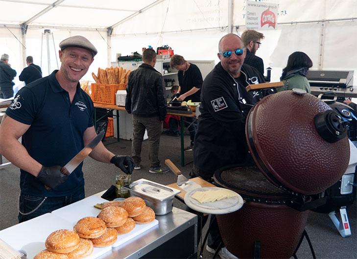 Pit Kehl und Heiko Blumentritt begeisterten das Publikum mit ihren Burger-Grill-Shows im Zelt von Blaser+Trösch und Carmelo's Fleischshop.