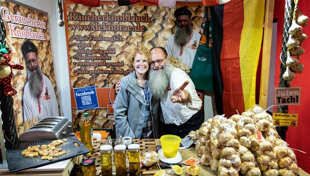 Leider nur an diesem Wochenende in der Schweiz erhältlich: der einzigartige geräucherte Knoblauch von Detlef Werner, hier zusammen mit HEAT&MEAT Food-Designerin Nicole Allemann.